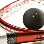 squashütő labdával